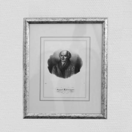 Ein Portrait von Hahnemann in einem Bilderrahmen.