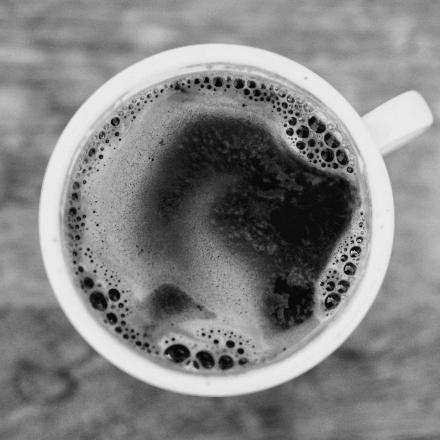 Eine Tasse Kaffee von Oben fotografiert.