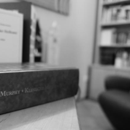 """Nahaufnahme des Buches """"Klinische Materia Medica"""" von Murphy. Dahinter steht ein Bücherregal."""