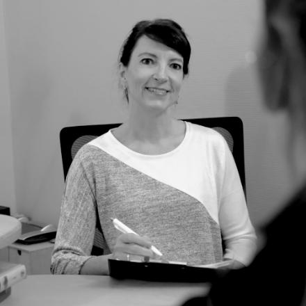 Portrait der Heilpraktikerin Marion Friedl beim Gespräch mit einem Patienten.
